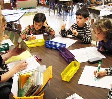 Mida lähemale jõuab kooliaasta, seda rohkem näeme poodides sigimas-sagimas murelikke lapsevanemaid – noore õppuri kooliteeks on vaja ju varuda korralik kogus vihikuid, pliiatseid ja muud vajalikku kraami.