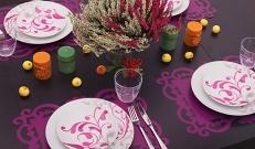 Sügis on värvide poolest kõige põnevam ja toredam aastaaeg. Miks mitte mõnel õhtul pere või sõbrad kokku kutsuda ja kõik koos mõnusat õhtusööki nautida?!Sügise stiilis lauda kattes on kõige olulisemad värvid! Meie ei läinud seekord pihlakate, kastanite ja muu ehtsügisliku suunas, vaid kasutasime ühte julget värvi – kanarbiku lillat ja väikeseid vihjeid sügisele. Suur ja uhke kanarbik jäi meile silma üks päev Rimis sisseoste tehes ning Margit teadis kohe, et just see meie järgmise laua peamiseks kaunistuseks saabki.