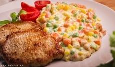 Hautatud versus keedetud köögiviljad. Kumb meetod on tervisele kasulikum ning maitsvam? Õige vastus on hautatud, sest keetmine eemaldab köögiviljadest oluliselt rohkem kasulikke toitaineid ning vitamiine. Enda kogemuse põhjal julgen ka väita, et maitse on palju parem ja säilib köögiviljade värskus. Sööksin kasvõi ainult hautatud köögivilju, kuid kui lisada juurde natuke sealiha, soola ja pipart, siis on tegu tõelise kulinaarse üllatusega.