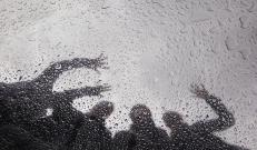 Päeval sajab hoovihma ja on äikest, kohati on tugevaid sajuhooge. Puhub ikka tugev ida- ja kirdetuul, vaid sisemaal jääb pärastlõunal tuul nõrgemaks.
