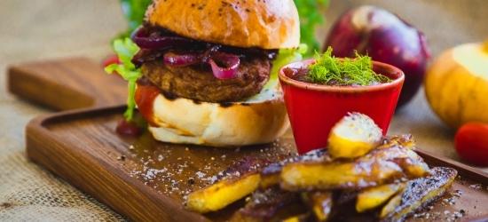 Burger karamelliseeritud sibula ja isetehtud friikartulitega