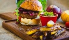 Vahel tekib tunne, et tahaks väljas söömise asemel valmistada midagi ise. Avastasime, et meil puudub blogist korraliku toitva burgeri retsep ning sellepärast otsustasimegi valmistada ühe mõnusa burgeri koos käsitöö friikartulitega. Hea burgeri valmistamiseks ei olegi vaja palju komponente lisada, piisab paarist heast koostisosast ja ongi maitsev burger valmis.