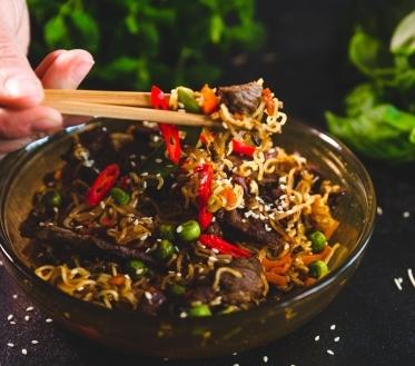 Kui kõht on tühi, siis õige aeg on välja võtta vokkpann ja hakata süüa valmistama. Vokkpanniga söögi tegemine on äärmiselt lihtne, sest kõik valmib ühel pannil. Selline toiduvalmistamise viis on väga levinud Aasiamaades. Meil ongi teile üks aasiapärane vokiroog, mis kindlasti meeldib kõigile nuudliroogade austajatele.