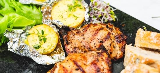 Valmista šašlõki kõrvale fooliumis kartulid