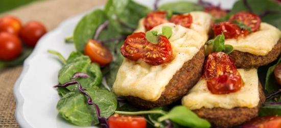 Lihtne snäkk – kotletid juustu ja tomatiga