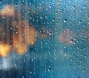 Tead küll seda olukorda, kui oled eelmine päev just rõdule või terrassile oma suvemööbli välja toonud, sest ilm lubas tulla mõnusalt soe. Ent kui nina välja pistad, saad aru, et ilmataat on vingerpussi teinud ja olukord on hulga kehvem kui keskmisel jaanipäeval. Aga ei ole halba ilma heata – kui õue ei tõmba, siis on aeg enda päev sisustada tubaste tegevustega.
