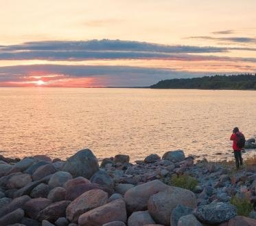 Ilma ülevaade 10.09 – 16.09.2020. Neljapäeval (10.09) tekib Rootsi rannikult lähenevas madalrõhulohus Ahvenamaa piirkonnas uus osatsüklon, mis liigub edasi üle Soome ning see tõstab meil ööks edela- ja lõunatuule sisemaal pisut üle 15, rannikul üle 20 m/s, päeval on lääne- ja loodetuule puhanguid sisemaal kuni 18, rannikul kuni 23 m/s, Soome lahe ääres võivad tuuleiilid 25 m/s tõusta.