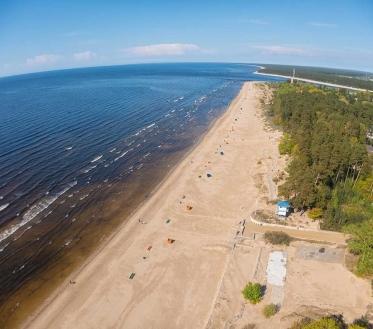 Ilma ülevaade 5.07.21 – 9.07.2021. Esmaspäeval (5.07) kõrgrõhuala Loode-Venemaal püsib, kuid lääne poolt läheneva madalrõhual serv toob niiskust ja nii areneb päeval mitmel pool rünkpilvi, millest mõni ka vihmahoo annab. Tuul puhub iidakaarest 3-8, puhanguti kuni 12 m/s. Sooja tuleb 24..29, kohati rannikul 20°C..